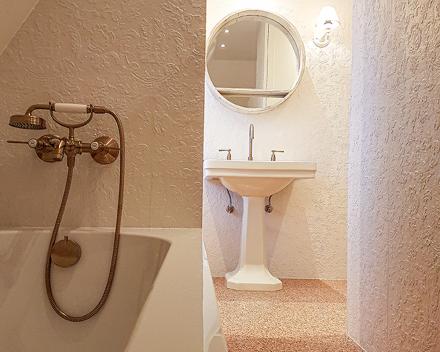 Badkamer totaalrenovatie in retro look met koperen kranen en koperen douche sproeikop