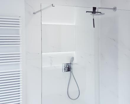 Badkamer totaalrenovatie van A tot Z. Douche met glazen wand en regendouche sproeikop in chroom