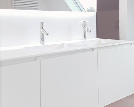 Badkamer totaalrenovatie door Kevin Demeulemeestere, een badkamer met strak wandmeubel en wasbakken in new white