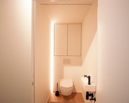 Een stijlvolle badkamer renovatie met aparte toiletruimte.