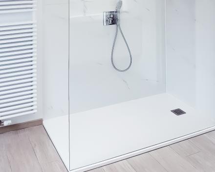 Renovatie van uw badkamer. Een douche met glazen wand en vlakke doucheplaat. Zeer makkelijk in onderhoud.