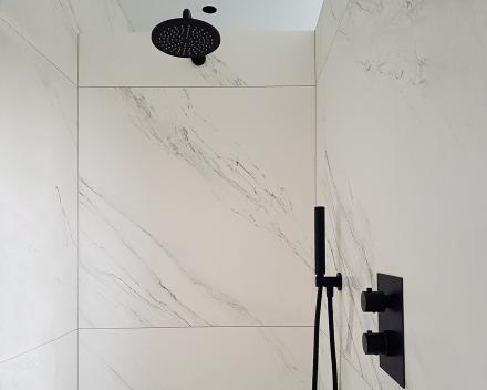 Totaalrenovatie badkamer met douche in marmer gecombineerd met zwarte douchekraan en zwarte regendouche sproeikop