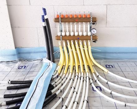 Buizen en voorzieningen van vloerverwarming vakkundig gelegd door Sanitair en Centrale verwarming Kevin Demeulemeestere