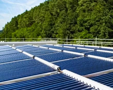 Zonnecollectoren of thermische zonnepanelen op een groot dak oppervlak